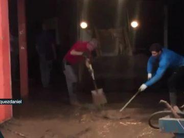 Nadal ayuda en las labores de limpieza en Sant Llorenç