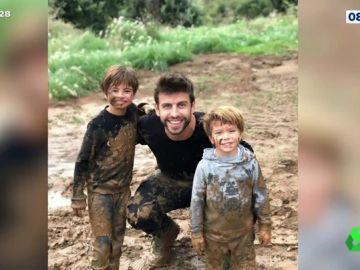 Gerard Piqué jugando con sus hijos en el barro