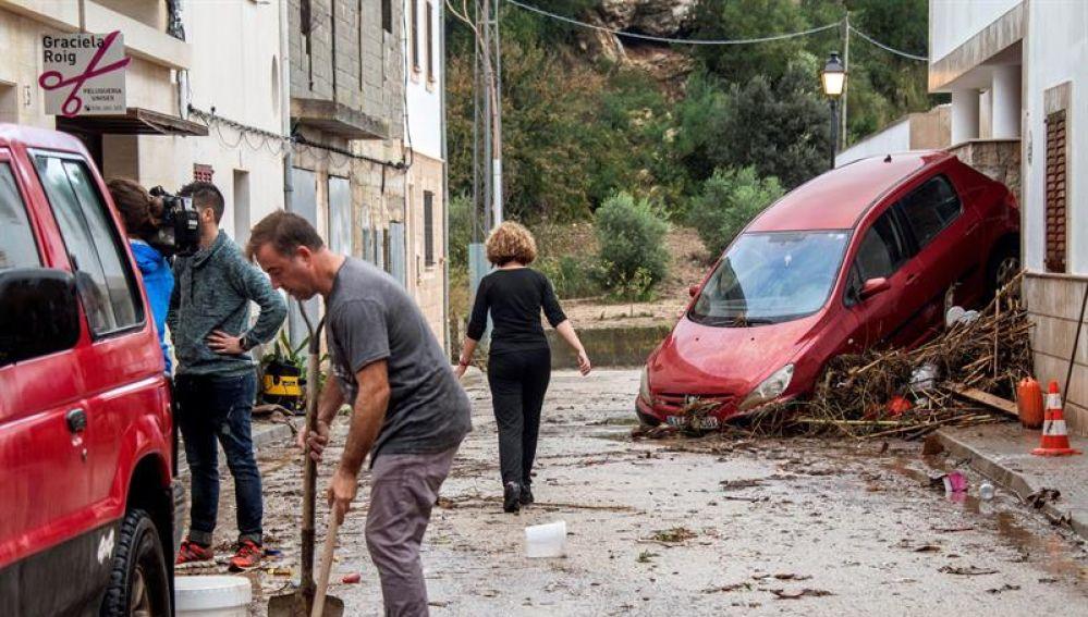 Vecinos y voluntarios colaboran en la limpieza de las calles de Sant Llorenç