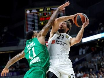 Llull intenta anotar ante la defensa de Kidd