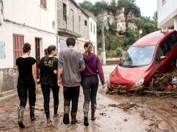 Vecinos y voluntarios colaboran esta tarde en la limpieza de las calles de Sant Llorenç