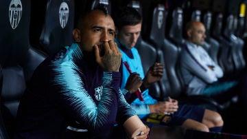 Arturo Vidal, en el banquillo durante el partido del Barcelona en Mestalla