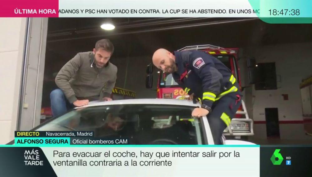 """Un bombero nos enseña a reaccionar dentro de un coche ante una riada: """"Hay que intentar salir por la ventanilla contraria a la corriente"""""""