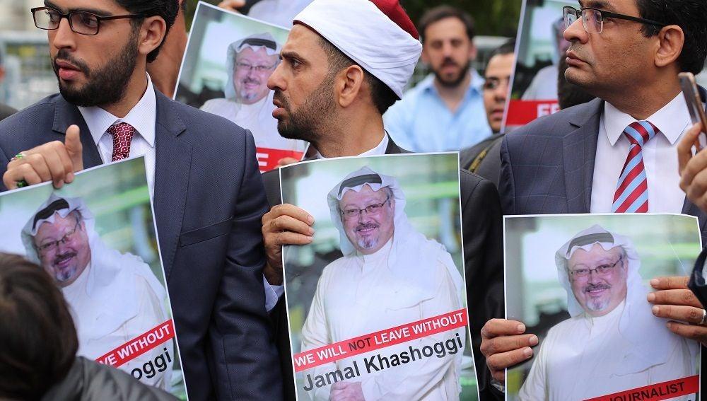 Varios activistas muestran retratos del periodista saudí Jamal Khasoggi