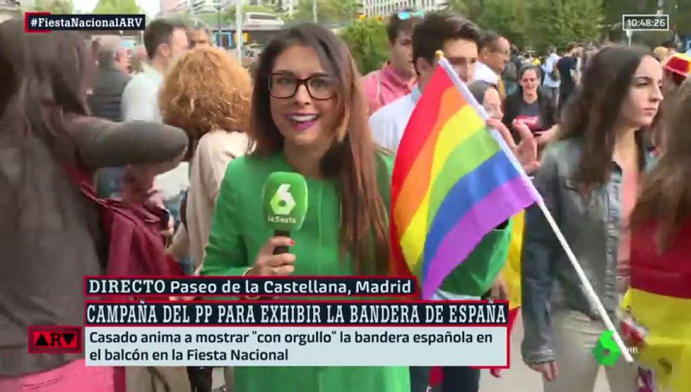 Bandera LGTBI en el desfile de la Fiesta Nacional
