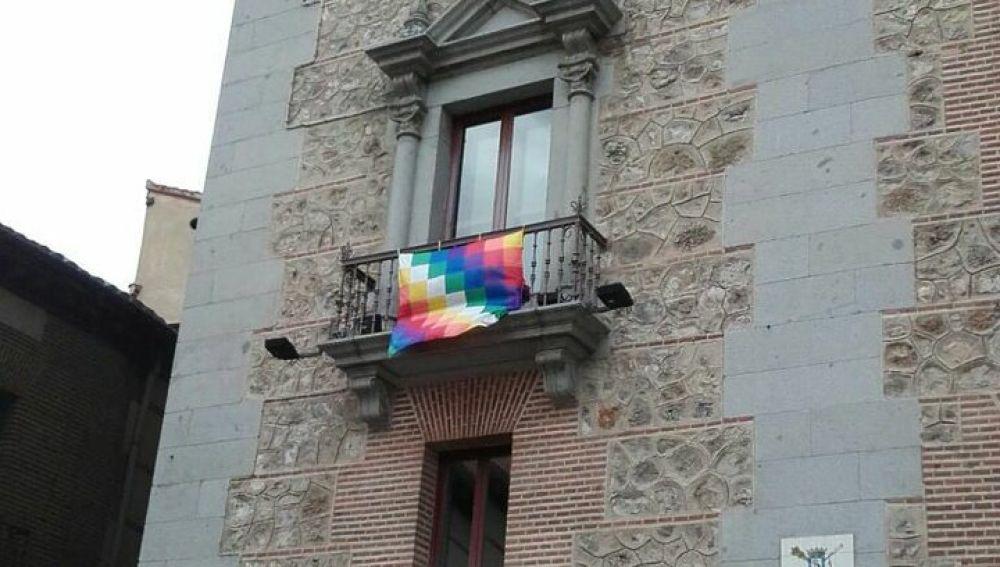 Una whipala en el edificio de la Plaza de la Villa