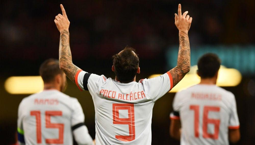 Alcácer celebra un gol
