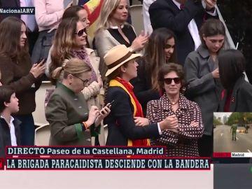 La infanta elena se marca un Cifuentes: acude al desfile del 12 de Octubre con una bandera española a modo de pañuelo