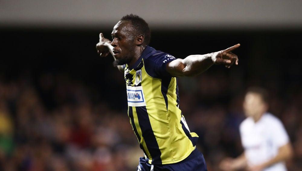 Usain Bolt celebra su primer gol como futbolista profesional