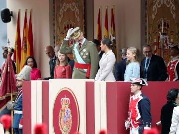 Los reyes, la princesa y la infantal, en el Palco Real por la fiesta del 12 de octubre