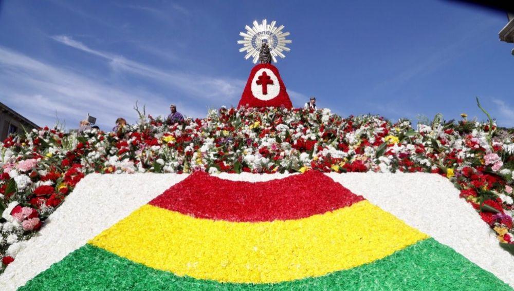 Ofrenda a la virgen del Pilar con la bandera de Bolivia, país invitado