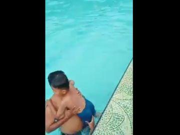Una mano sale de la nada y agarra la pierna de un niño