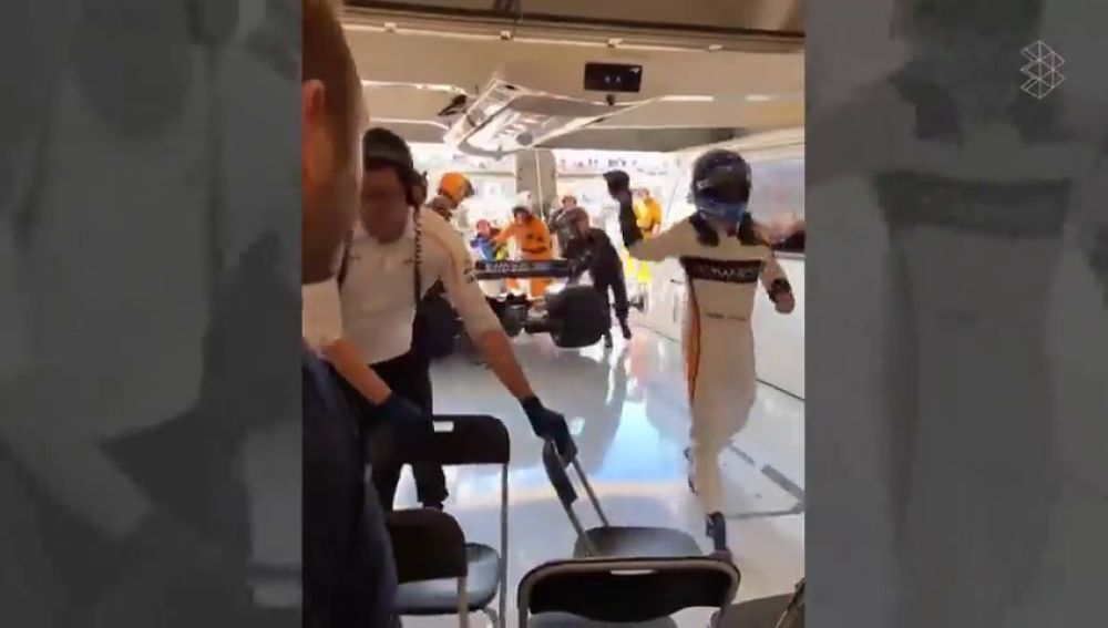 Se filtra un vídeo de Alonso tirando los guantes malhumorado tras abandonar