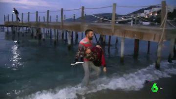 Mueren dos menores refugiados al volcar su barca hinchable entre Turquía y Grecia