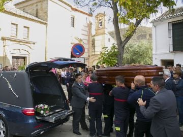 Compañeros del bombero José Gil Gutiérrez, de 45 años, fallecido en la noche del sábado cuando participaba en las labores de rescate