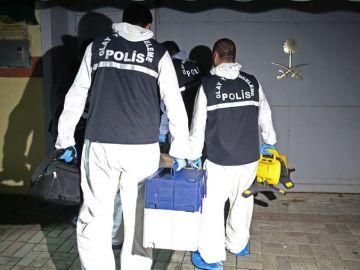 Policías forenses turcos llegan al consulado de Arabia Saudí