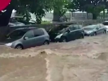 Vuelven las fuertes lluvias: una persona rescatada y varias calles anegadas tras una tromba de agua en Marbella