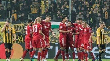 Los jugadores del Bayern celebran un gol en Atenas ante el AEK