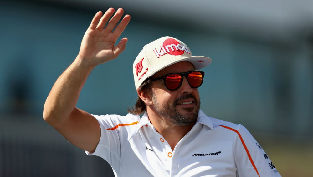 Fernando Alonso saluda