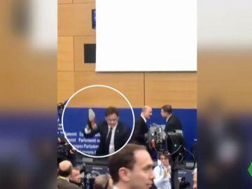 Un eurodiputado italiano pisotea con el zapato en la mano el veto de Europa a sus presupuestos frente a Moscovici