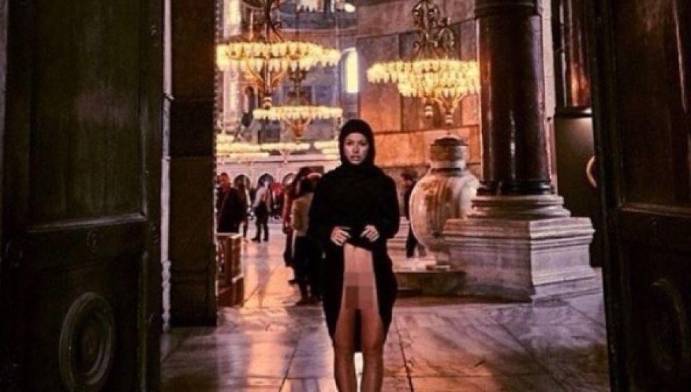 La modelo Marisa Papen posa desnuda en la basílica de Santa Sofía