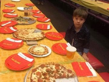 El niño solo en su fiesta de cumpleaños