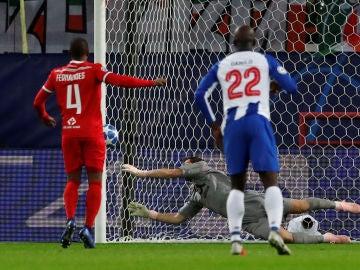 Casillas detiene el penalti a Manuel Fernandes