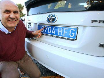 Matrícula azul en un taxi