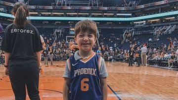 El pequeño Teddy con su camiseta de los Phoenix Suns