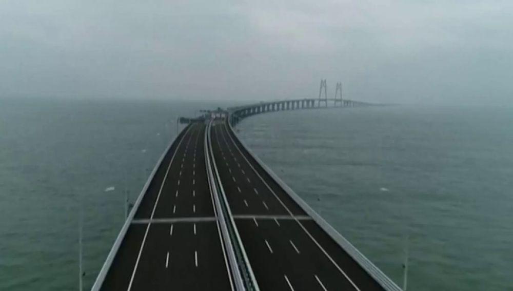 ¿Te atreverías a recorrer un puente de más de 50 km en medio del mar?