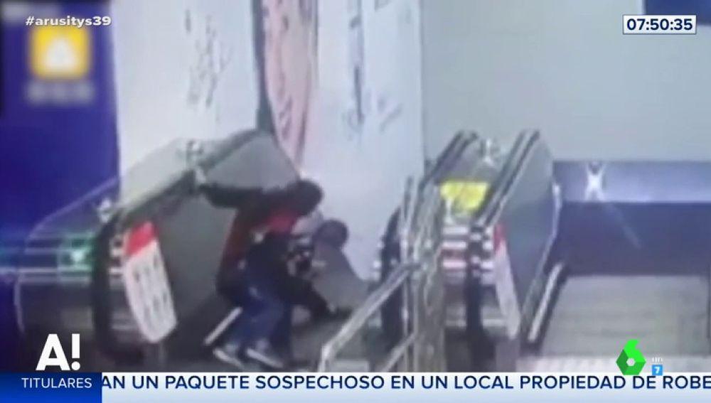 La situación de pánico de una abuela en las escaleras del metro