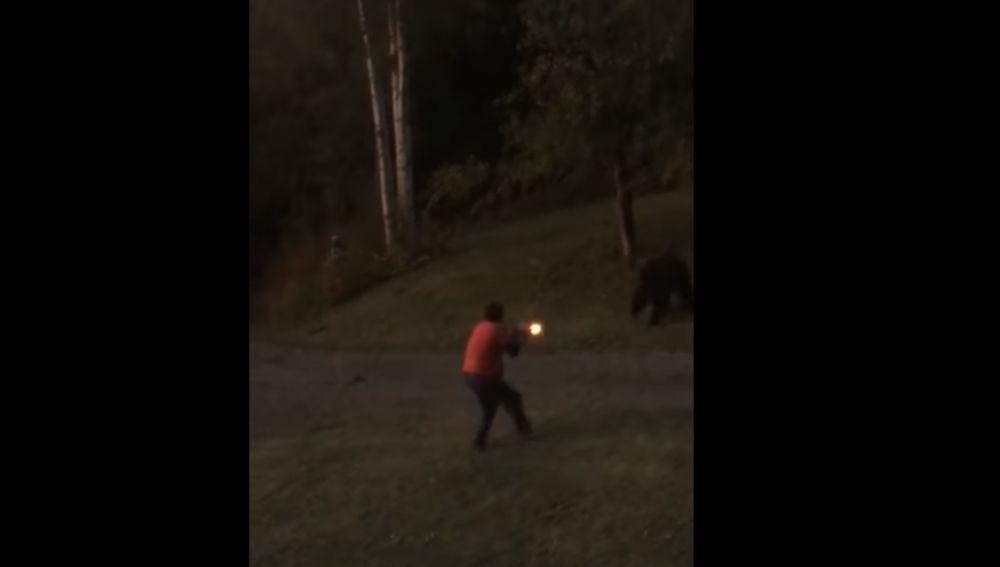 Un hombre dispara a un oso en su jardín