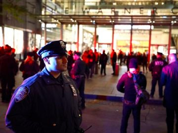 Dispositivo en Nueva York tras hallar un paquete bomba en un centro comercial