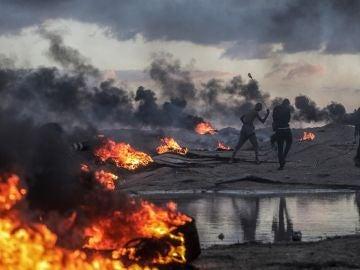 Palestinos protestan durante los altercados cerca de la frontera entre Israel y Gaza