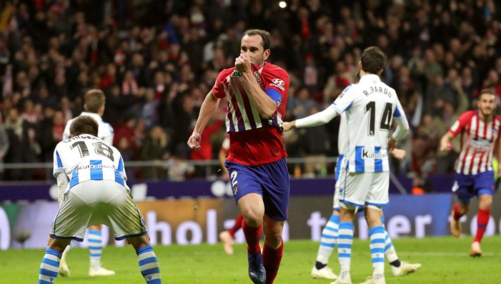 Diego Godín celebra un gol