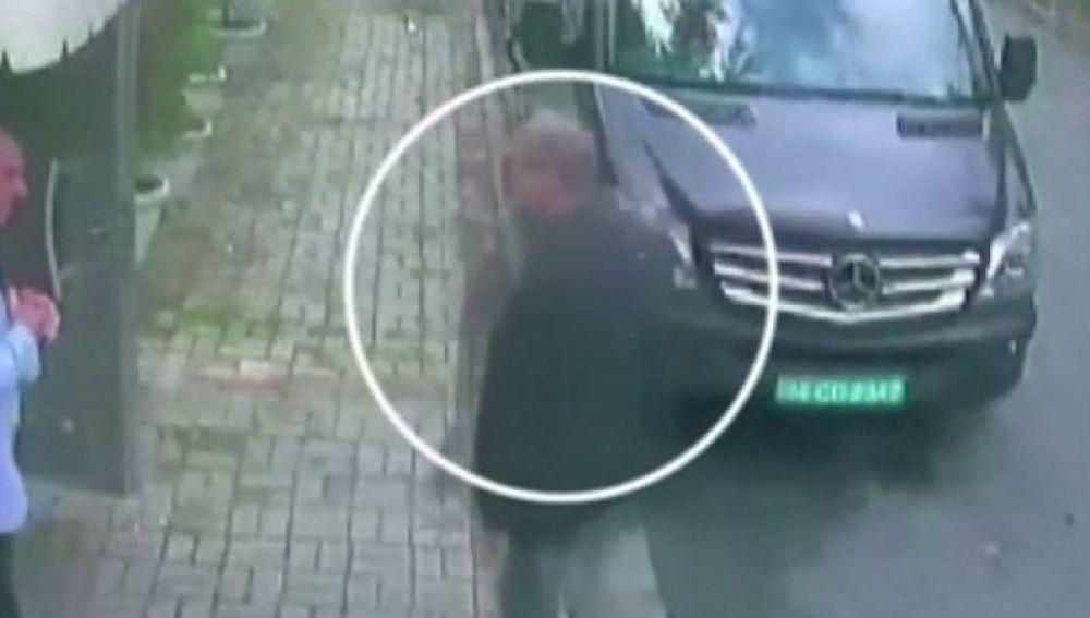 Imagen de Khashoggi entrando al consulado de Estambul