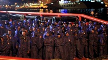 Imagen de los migrantes rescatados por Salvamento Marítimo