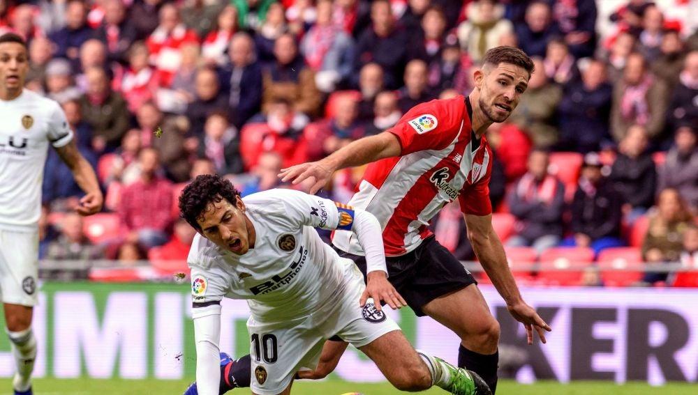 Dani Parejo disputa un balón ante Yeray Álvarez