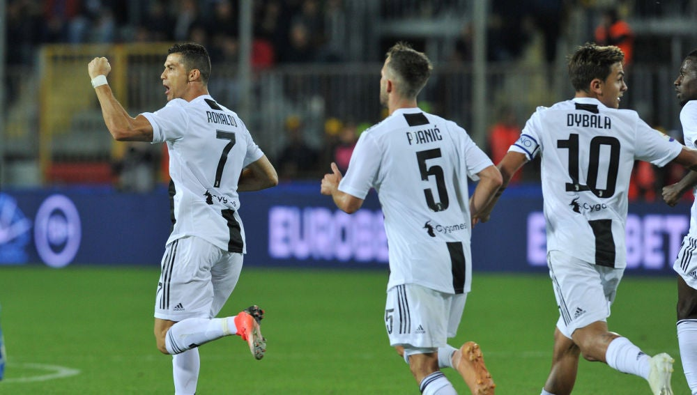 Cristiano Ronaldo celebra uno de sus dos goles ante el Empoli