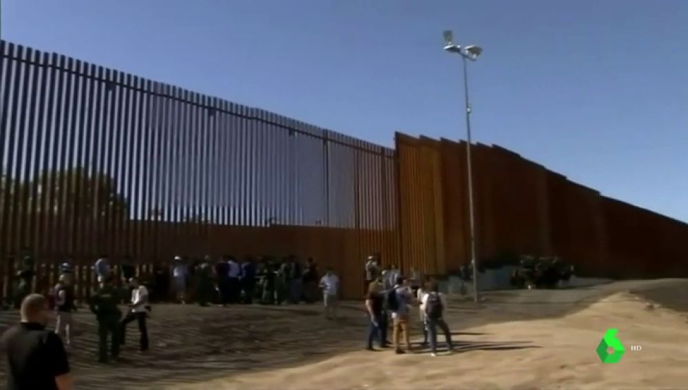 Imagen del muro fronterizo de 30 pies de altura entre Caléxico y México