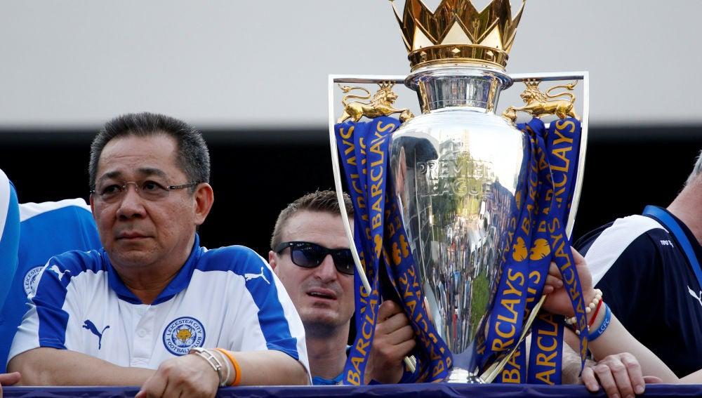 Vichai Srivaddhanaprabha, en la celebración del Leicester tras ganar la Premier en 2016