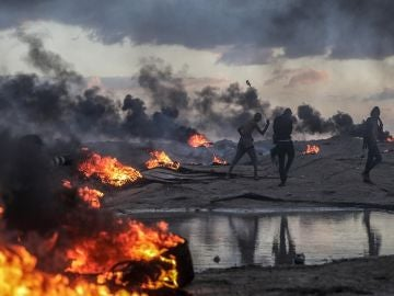 Palestinos protestan durante los altercados registrados cerca de la frontera entre Israel y Gaza