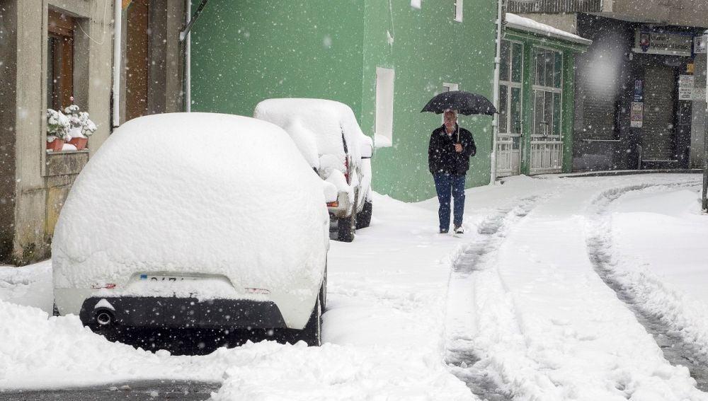 Un hombre camina por una calle de la localidad de Pedrafita