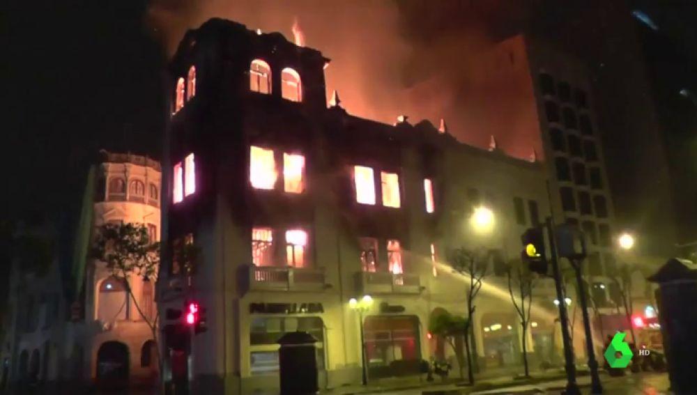 Imagen del incendio en un edificio histórico de Lima