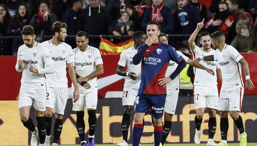 Los jugadores del Sevilla celebran un gol ante el Huesca