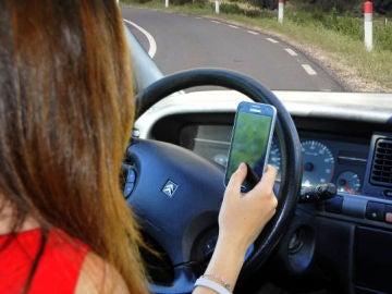 Hablar con el móvil al volante