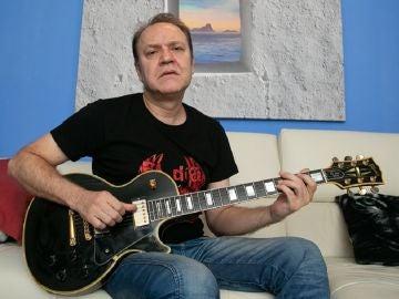 El guitarrista y compositor Juan Valdivia junto a su Gibson Les Paul negra