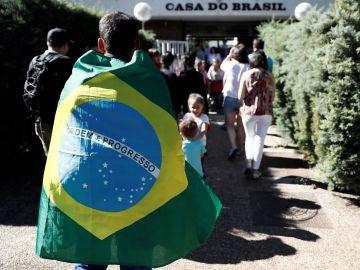 Personas haciendo cola en la Casa de Brasil de Madrid (Archivo)