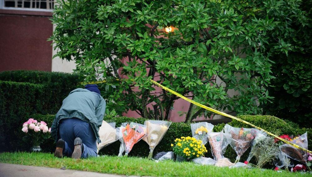 Flores en el exterior de una sinagoga donde ha ocurrido una matanza en EEUU