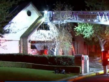 Imagen de la casa incendiada en California